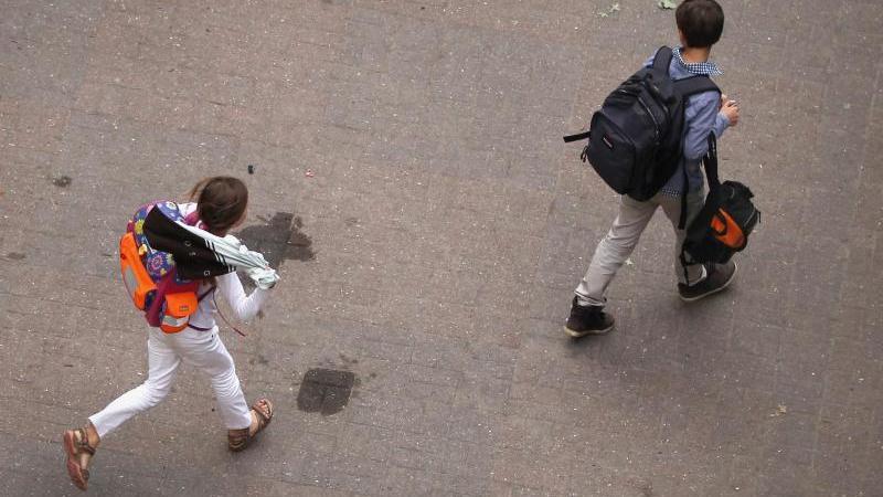 Jedes zweite Kind an einer Haupt-, Gesamt- oder Sekundarschule hat nach einer Befragung der Bertelsmann Stiftung Angst vor Armut. Foto: Christian Charisius