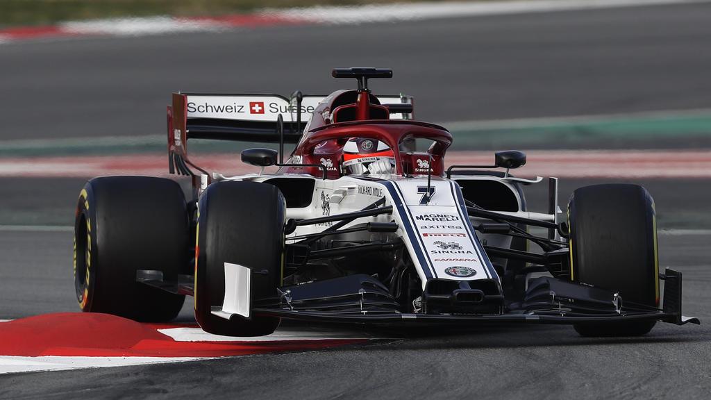 18.02.2019, Spanien, Montmelo: Alfa Romeo-Pilot Kimi Räikkönen aus Finnland steuert den neuen Formel-1-Boliden während einer Testfahrt auf der Rennstrecke Barcelona Catalunya in Montmelo. Foto: Manu Fernandez/AP/dpa +++ dpa-Bildfunk +++