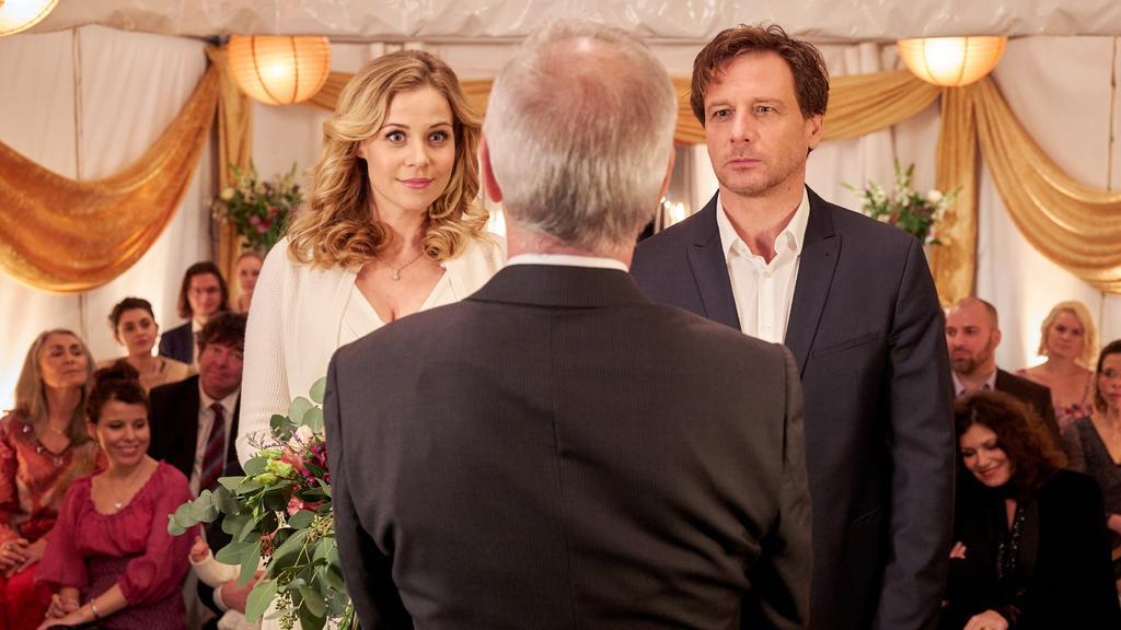 Stefan Vollmer (Hendrik Duryn) und Karin Noske (Jessica Ginkel) stehen vor dem Traualtar - sagen beiden 'Ja!'?