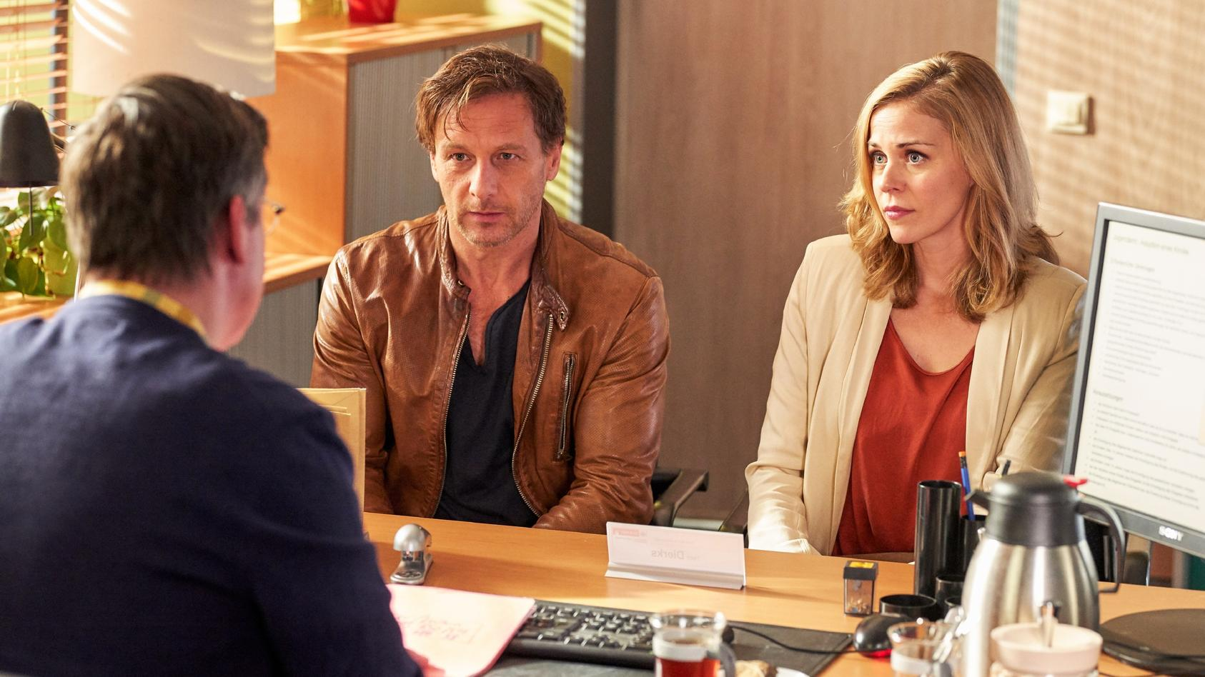 Karin (Jessica Ginkel) und Stefan (Hendrik Duryn) beim Adoptions-Termin.