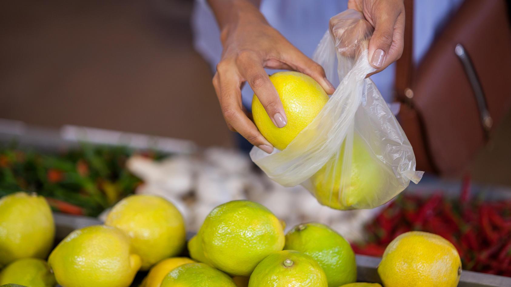 Real will Plastikbeutel in der Obst- und Gemüseabteilung abschaffen.