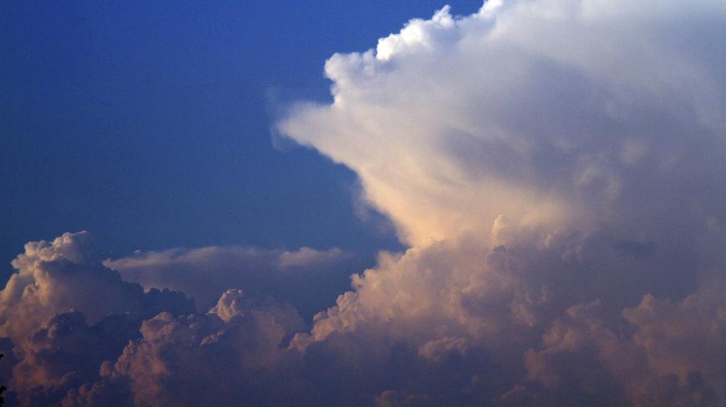 Gewitterwolke (Cumulonimbus) mit Incus (Ambos, lnks), Deutschland | cumulonimbus clouds with incus, Germany | Verwendung weltweit
