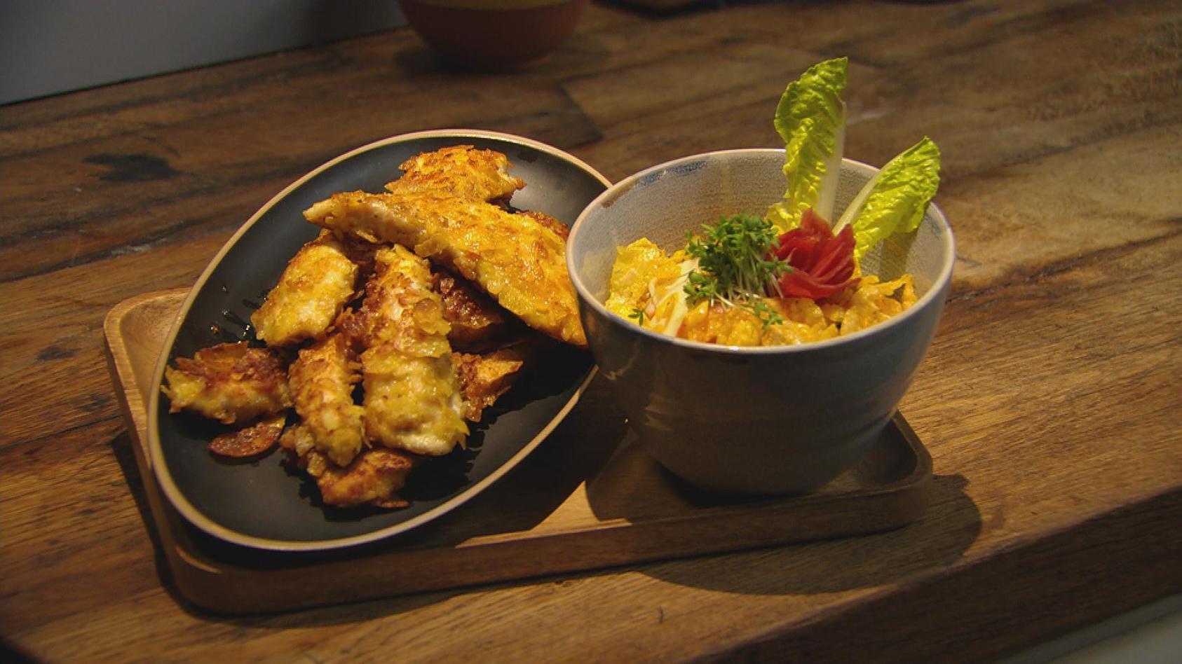 Herzhaft zubeißen – Alles was knuspert und knackt: Hähnchenschnitzel mit Chipskruste und Möhren-Apfel-Salat