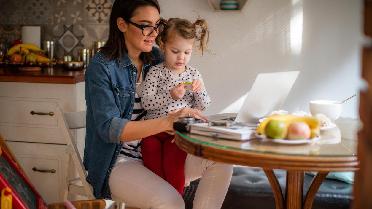 Mütter im Homeoffice kämpfen mit einer Doppelbelastung aus Arbeit und Kinderbetreuung.