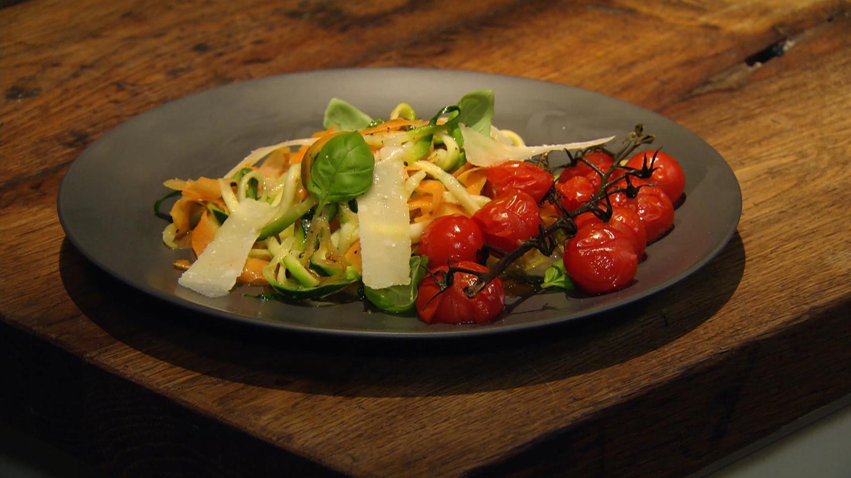 Wir lieben Nudeln: Gemüsenudeln mit Schmortomaten