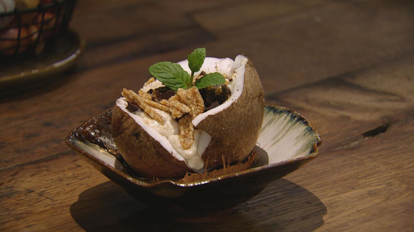Kokos & Co. – Urlaub für zuhause: Kokos-Grießbrei mit Schoko-Sesamkrokant