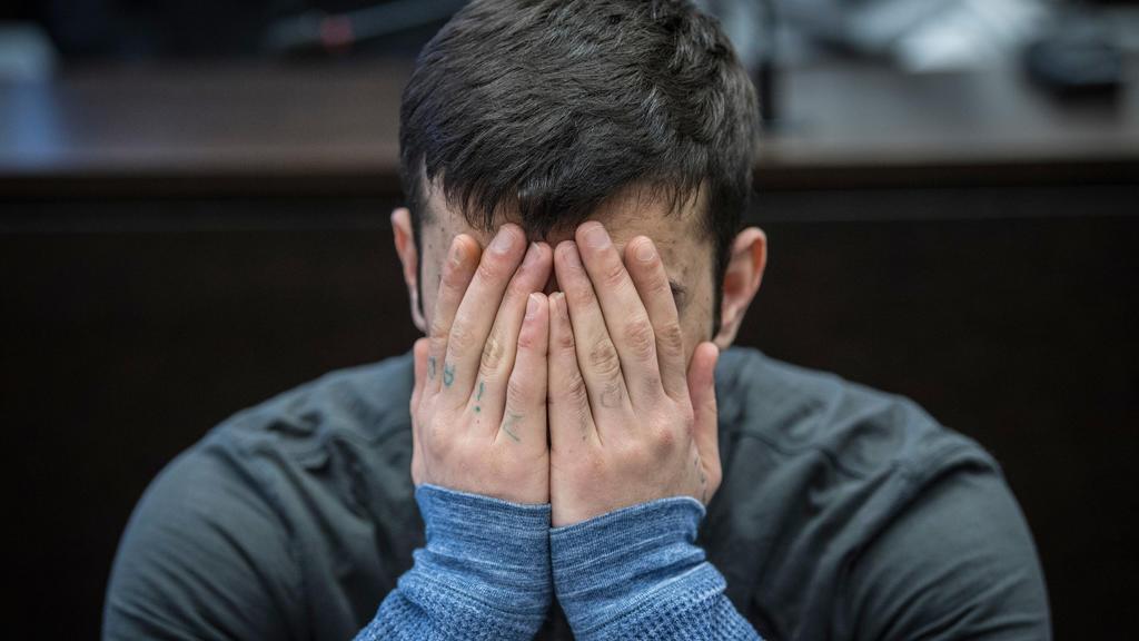 12.03.2019, Hessen, Wiesbaden: Der 21-jährige Ali B. verdeckt zum Prozessauftakt sein Gesicht. Die Strafkammer wirft dem aus dem Irak stammenden Flüchtling vor, im vergangenen Mai die aus Mainz stammenden 14-jährige Susanna vergewaltigt und ermordet