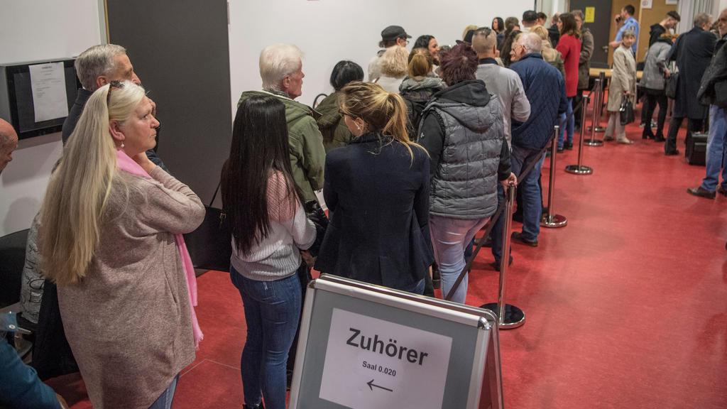 12.03.2019, Hessen, Wiesbaden: Zuschauer drängen sich vor dem Verhandlungssaal im Prozess gegen den 21-jährigen Ali B. Die Strafkammer wirft dem aus dem Irak stammenden Flüchtling vor, im vergangenen Mai die aus Mainz stammenden 14-jährige Susanna ve