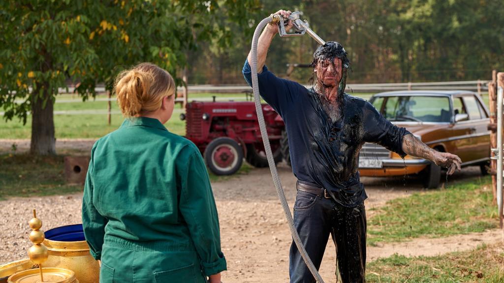Vollmer (Hendrik Duryn) zeigt Cleo (Runa Greiner) wortwörtlich wie es ist, wenn man bis zum Hals in Scheiße steckt.