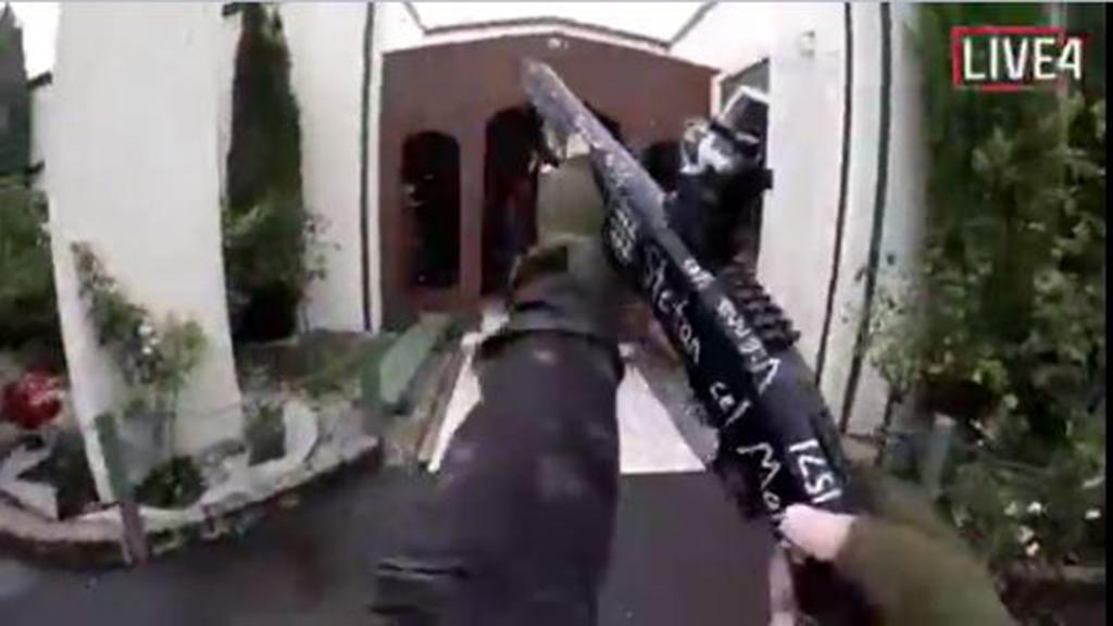 15.03.2019, Neuseeland, Christchurch: Das Videostandbild aus einem von einem Attentäter selbst aufgenommenen und über das Internet verbreiteten Video, zeigt den Attentäter beim Betreten einer Moschee kurz bevor er das Feuer eröffnet. Bei Angriffen au