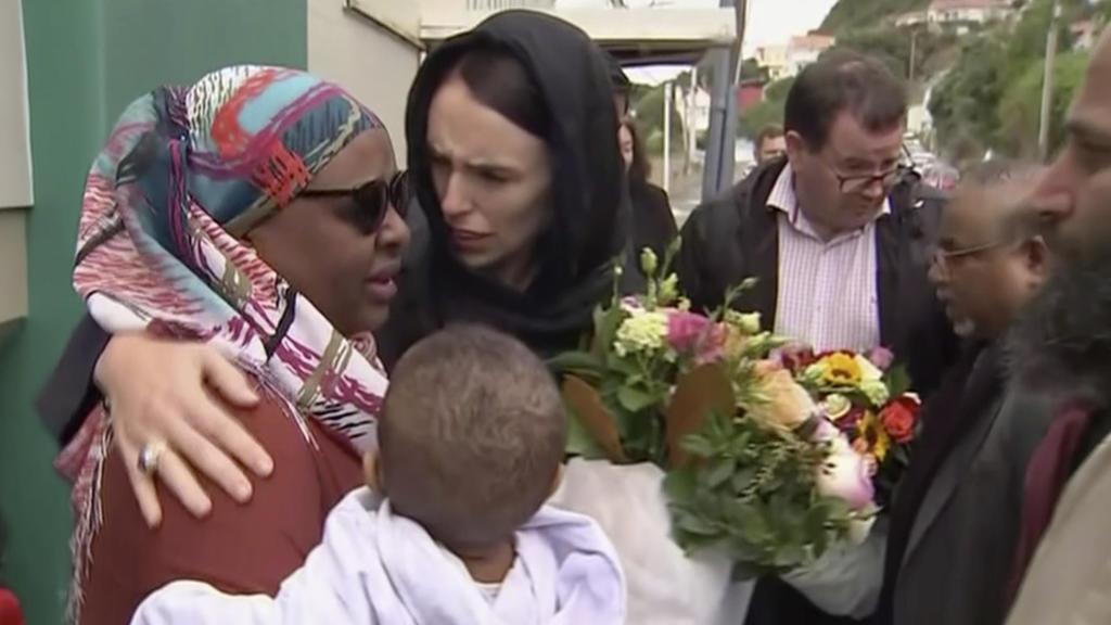 17.03.2019, Australien, Wellington: Jacinda Ardern (M), Premierministerin von Neuseeland, tröstet eine Frau während ihres Besuchs der Kilbirnie-Moschee. Bei einem Anschlag auf zwei Moscheen in Christchurch (Neuseeland) sind mindestens 50 Menschen get