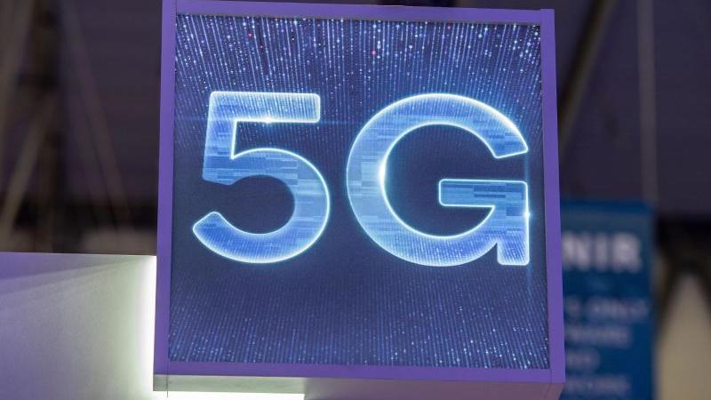 5G kann die Daten rund hundert Mal schneller transportieren als das aktuelle LTE (4G). Das eröffnet neue Möglichkeiten etwa bei der Robotersteuerung oder der Vernetzung selbstfahrender Fahrzeuge. Foto: Andrej Sokolow