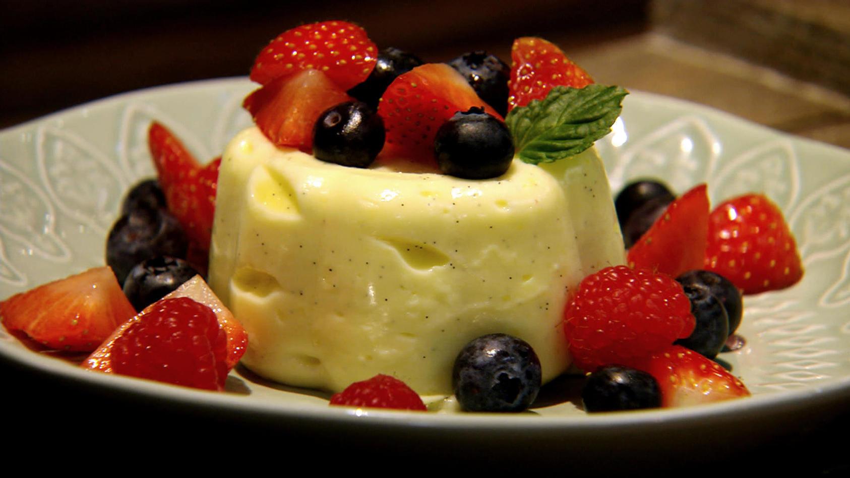 Feierabend, wie das duftet!: Vanillepudding mit Beerensauce