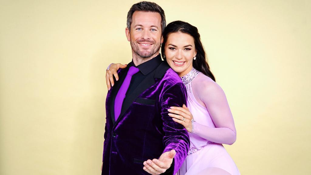 Schauspieler Jan Hartmann tanzt mit Renata Lusin