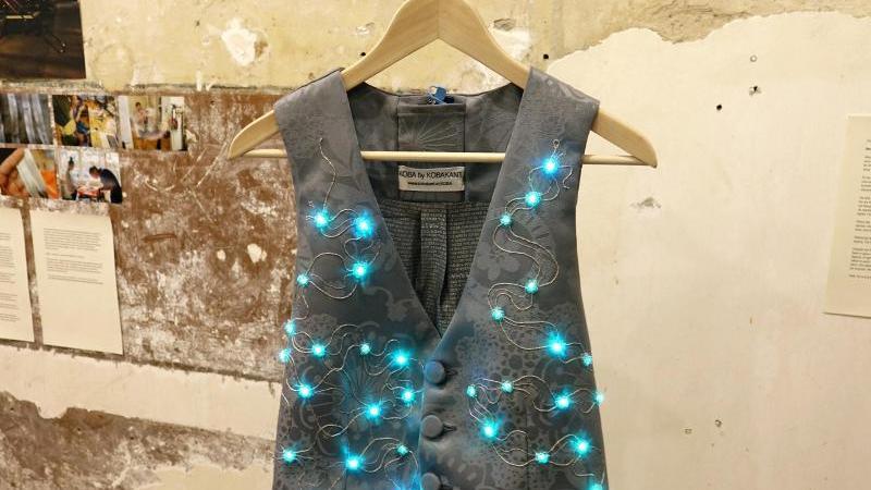 Das KOBAKANT-Kollektiv aus Berlin hat eine blinkende Weste entworfen. Durch Drücken eines Knopfes können verschiedene Leucht-Modi eingestellt werden. Foto: Sven Braun