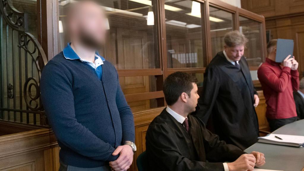 Marvin N. (vorne) und Hamdi H. (r.) stehen in einem Gerichtssaal und warten auf ihr Urteil. Die wegen eines illegalen Autorennen auf dem Berliner Kurfürstendamm mit unbeteiligtem Todesopfer angeklagten Raser, waren im Februar 2017
