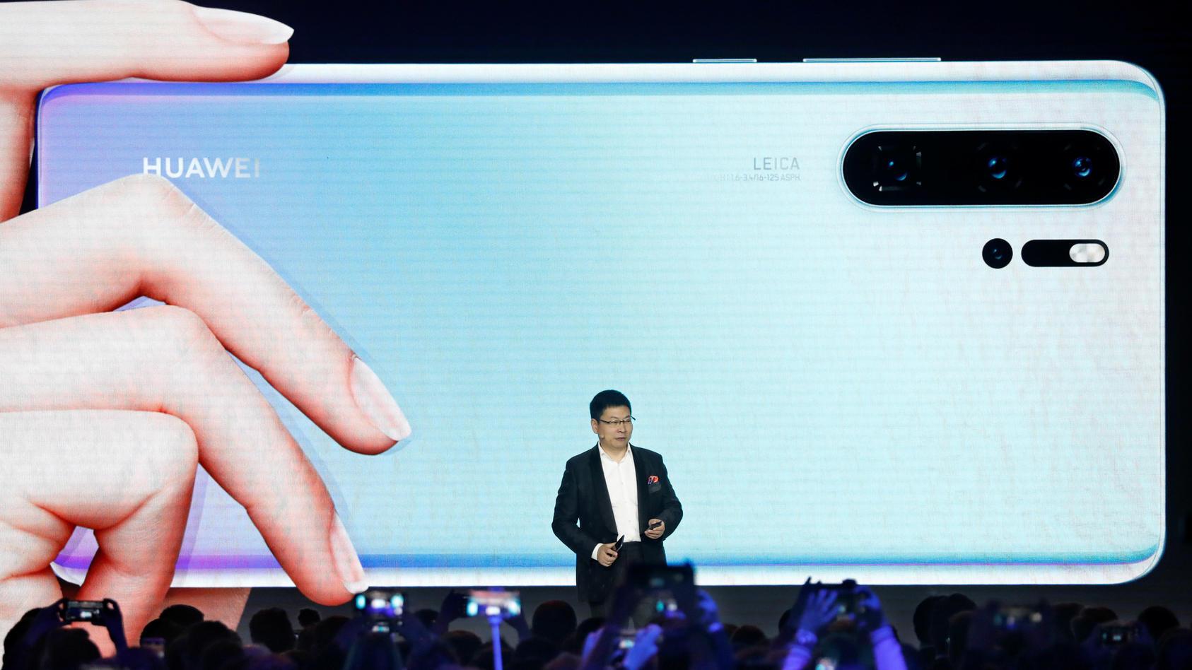 Richard Yu, CEO der Huawei Consumer Business Group, hat in Paris das neue Huawei P30 und P30 Pro vorgestellt. Deutlich zu sehen sind die vier Objektive auf der Rückseite.
