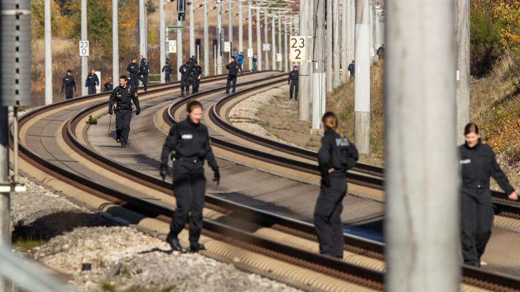 ARCHIV - 31.10.2018, Bayern, Allersberg: Polizisten suchen auf der ICE-Strecke zwischen Nürnberg und München die Schienen ab. Foto: Daniel Karmann/dpa +++ dpa-Bildfunk +++