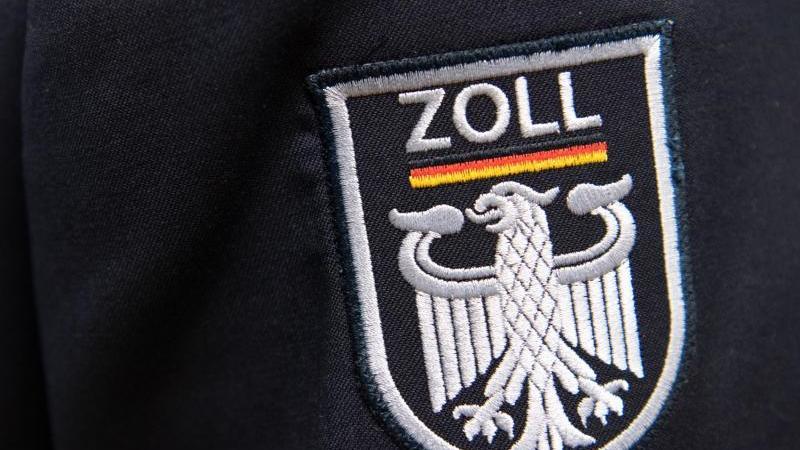 Das Logo der deutschen Zollbehörde während einer Pressekonferenz an einer Uniform.