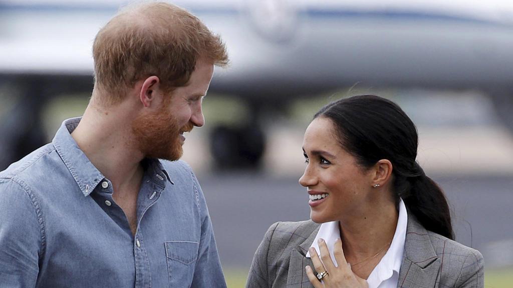 17.10.2018, Australien, Dubbo: Prinz Harry (l) und Herzogin Meghan kommen auf dem Dubbo Regional Airport an. Prinz Harry und seine Frau Meghan sind auf ihrer ersten offiziellen gemeinsamen Auslandsreise seit der Hochzeit im Mai und machen eine 16-Täg