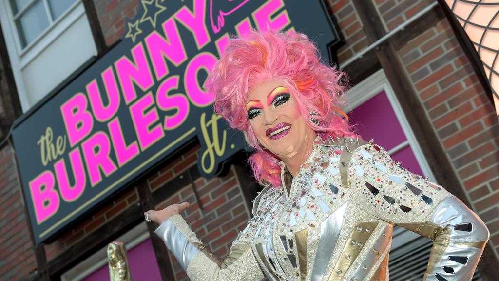"""02.04.2019, Hamburg: Dragqueen Olivia Jones steht bei der Eröffnung ihres Burlesque-Nachtclubs """"The Bunny Burlesque"""" in der Eingangstür. Foto: Axel Heimken/dpa +++ dpa-Bildfunk +++"""