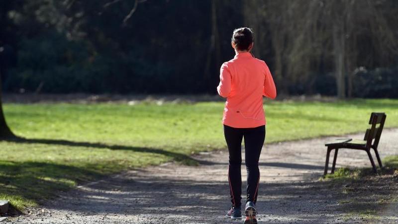 Soll ich heute wirklich eine Runde joggen gehen?Darüber grübelt man am besten nicht lang. Die tägliche Sporteinheit sollte wie das Zähneputzen zur Routine gehören. Foto: Caroline Seidel