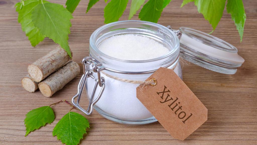 Birkenzucker wird auch Xylit oder Xucker genannt.