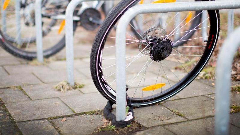 Ein zurückgelassenes Hinterrad eines Fahrrads. Foto: Martin Gerten/Archivbild