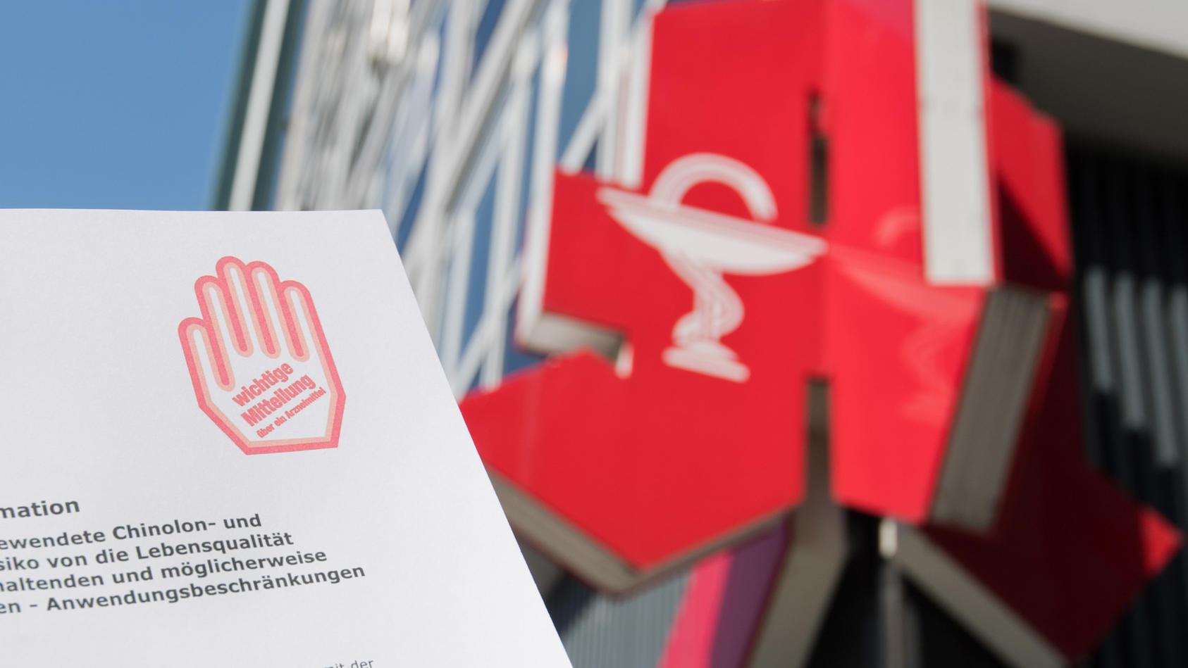 """Ein """"Rote-Hand-Brief"""" warnt vor neu erkannten Arzneimittelrisiken bei Fluorchinolon-Antibiotika."""