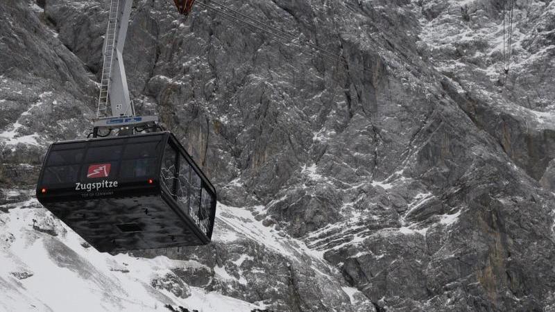 Zugspitzbahn fährt Richtung Gipfel