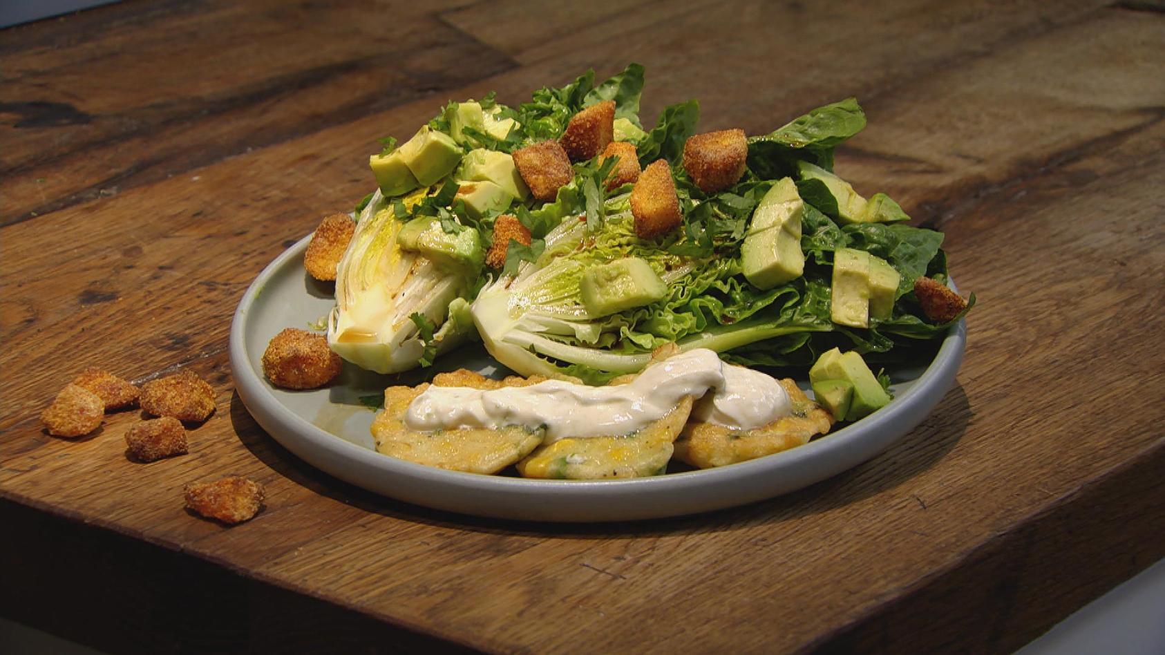 Teig ist Trumpf: Mais-Fritters mit Avocado-Kartoffel-Salat