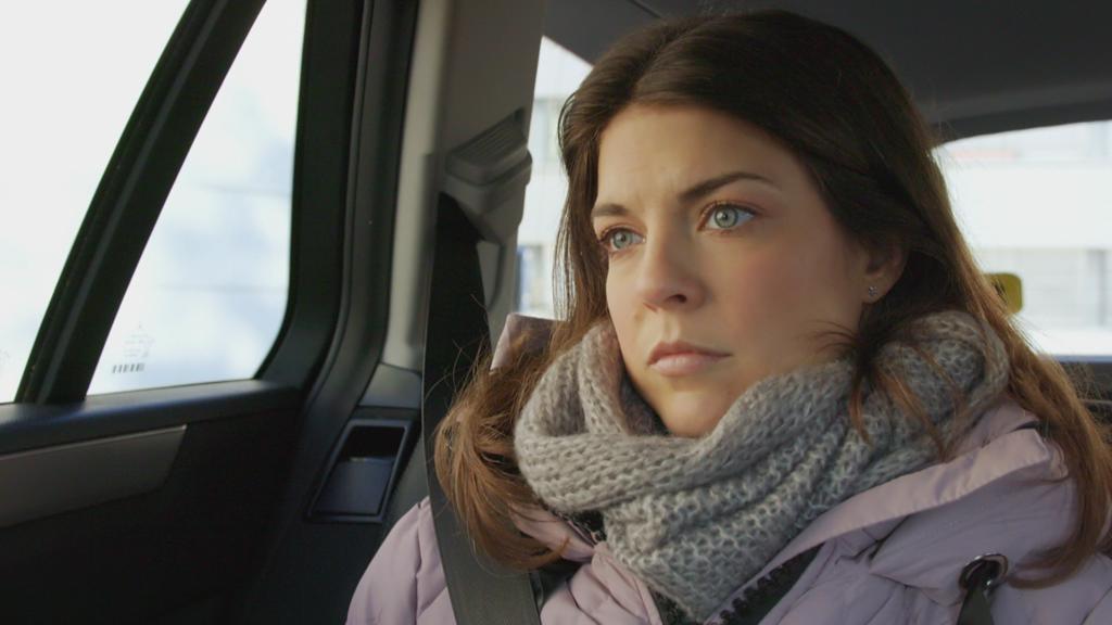 AWZ: Pauline sitzt im Taxi und guckt traurig.