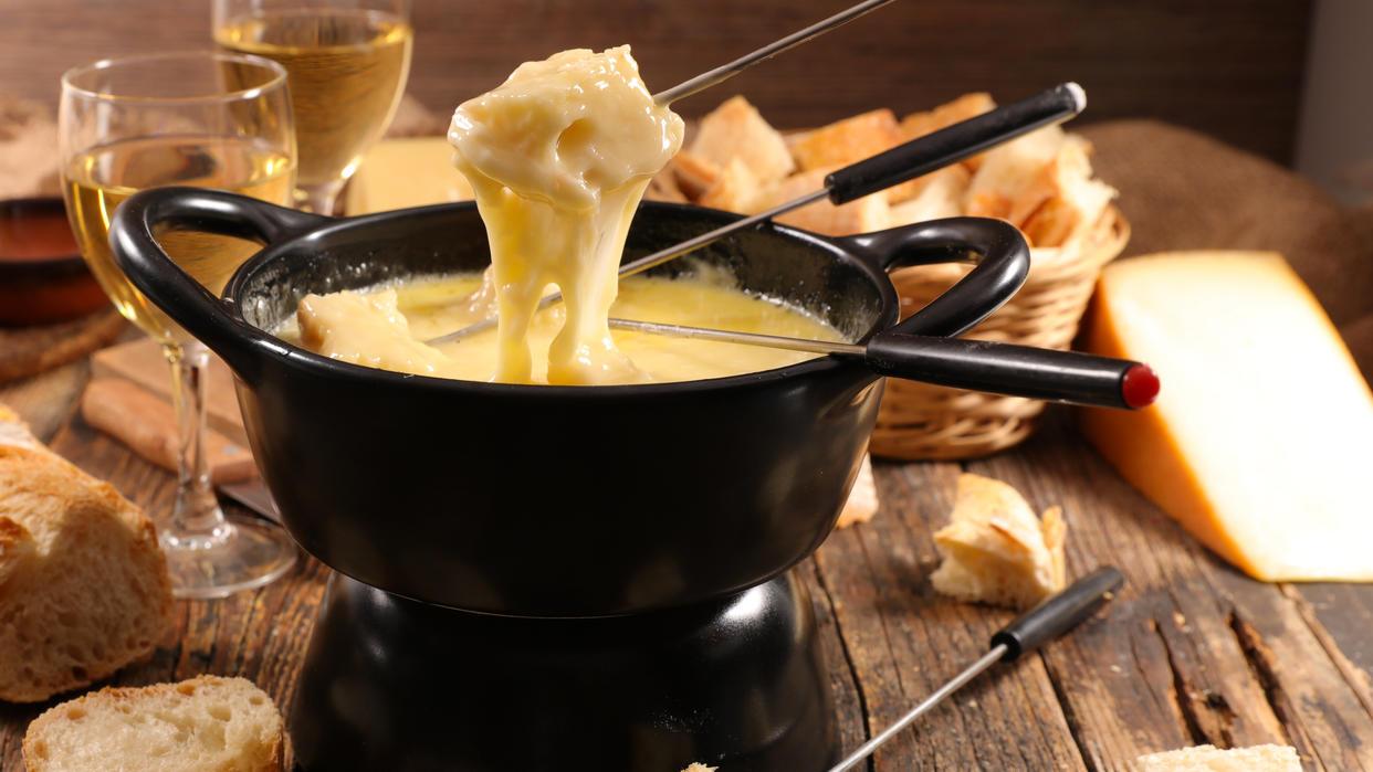 Käsefondue ist das perfekte Essen in geselliger Runde.