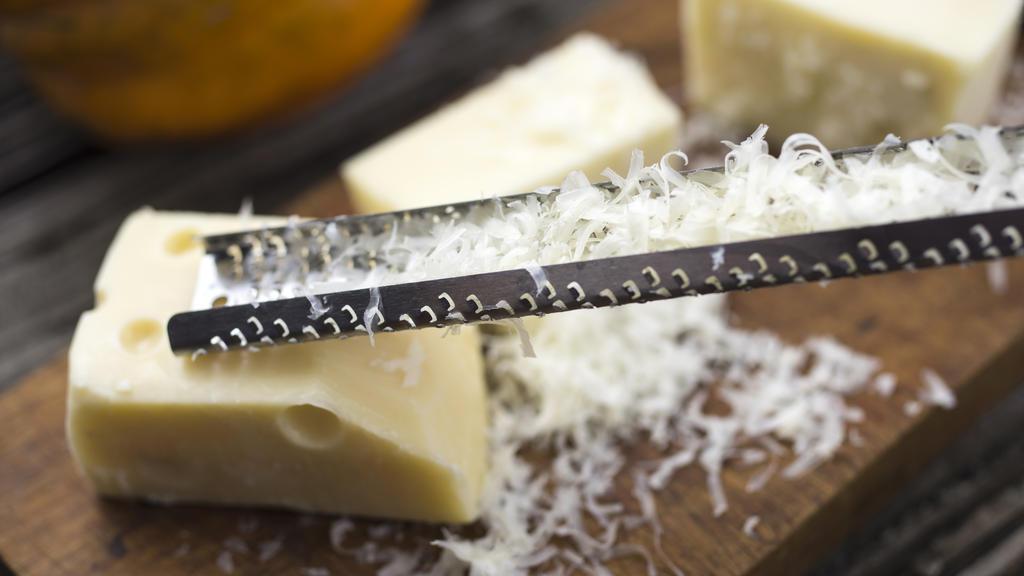 Käse und Käsereibe