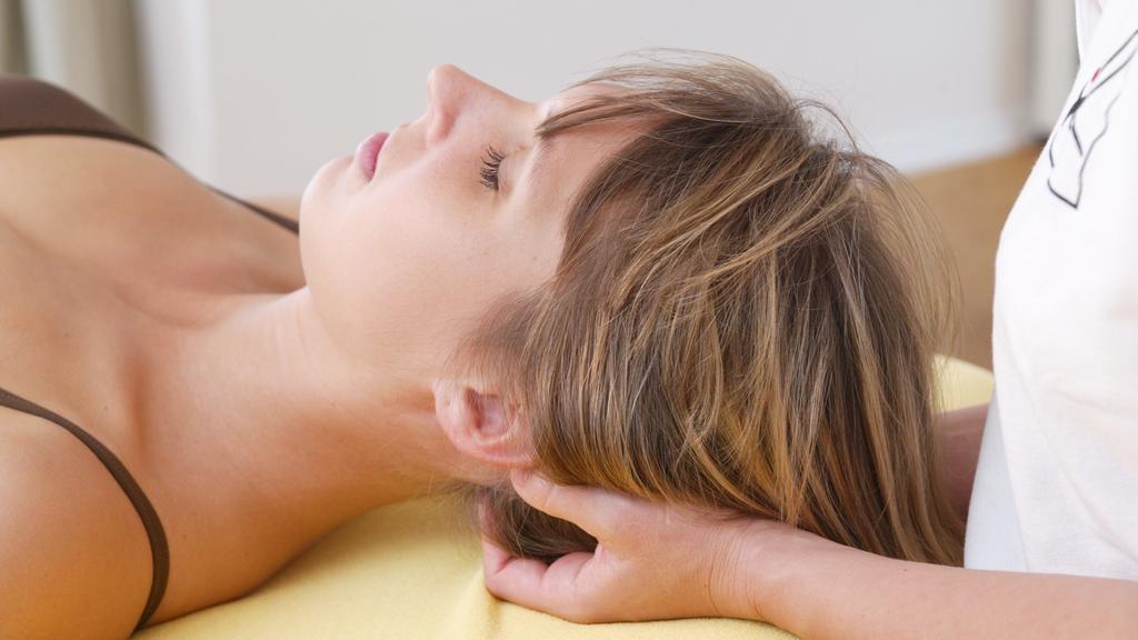 Während der Bioresonanz-Therapie liegen Sie bequem auf einer Liege, während der Therapeut Ihnen Elektroden anlegt