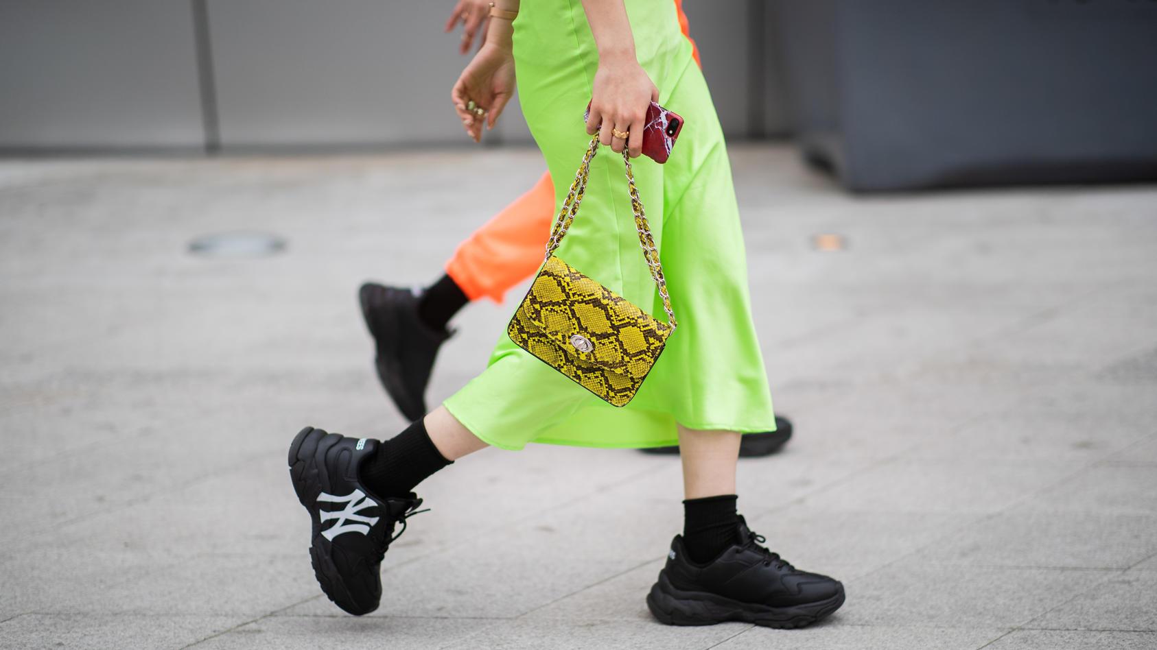 Es ist gerade DIE Lieblingsfarbe aller Influencer: Neongrün. Besonders knallgrüne Röcke lösen momentan Schnappatmung aus.