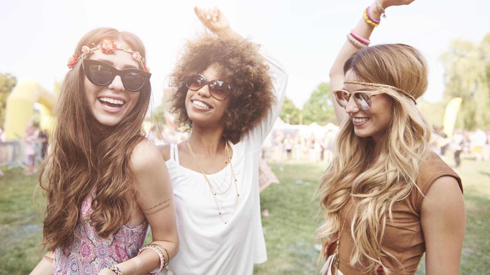 Festival statt Fashion-Show. Wer wissen will, was im Sommer Trend wird, schaut sich einfach die Bilder vom Coachella-Festival an. Nirgendwo sonst tummeln sich so viele Influencer rum, wie hier. Was sie tragen, hängt im Sommer in unseren Kleiderschränken.