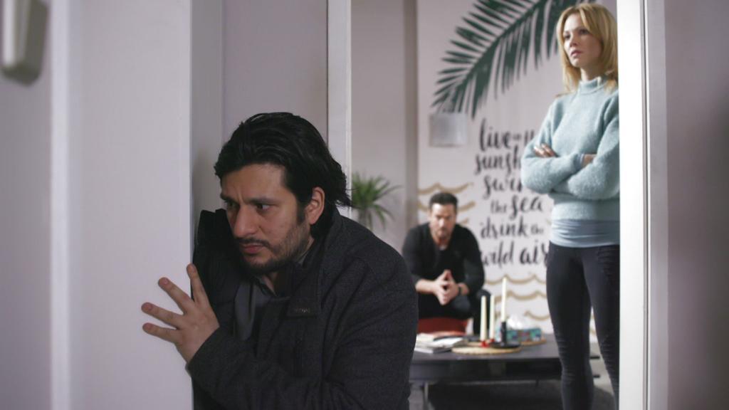 AWZ: Maximilian kniet vor der Tür zu Alexanders Zimmer.