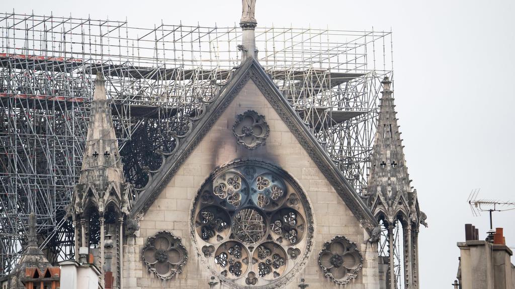 16.04.2019, Frankreich, Paris: Die Fassade der Kathedrale Notre-Dame ist schwarz verkohlt. In der weltberühmten Kathedrale Notre-Dame in Paris war am Montagabend ein Feuer ausgebrochen. Über dem Wahrzeichen waren Flammen und eine riesige Rauchsäule z