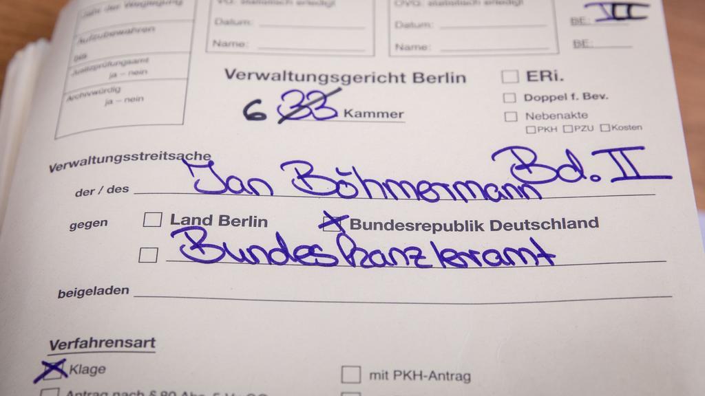 """16.04.2019, Berlin: Auf einem Aktendeckel im Gerichtssaal des Verwaltungsgericht Berlin ist """"Jan Böhmermann"""" und """"Bundeskanzleramt"""" zu lesen. Das Verwaltungsgericht verhandelt über die Klage des Satirikers Jan Böhmermann gegen Bundeskanzlerin Angela"""