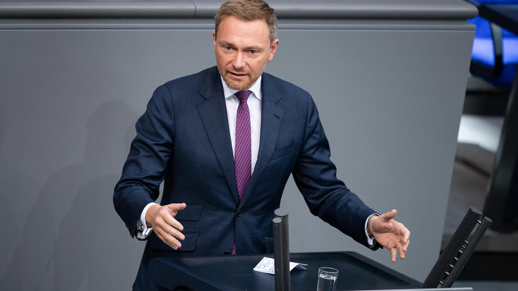Berlin: Christian Lindner, Vorsitzender der FDP-Bundestagsfraktion, spricht in der Plenarsitzung des Deutschen Bundestages. Hauptthema der 94. Sitzung der 19. Legislaturperiode ist nach der Befragung der Bundesregierung eine Aktuelle Stun