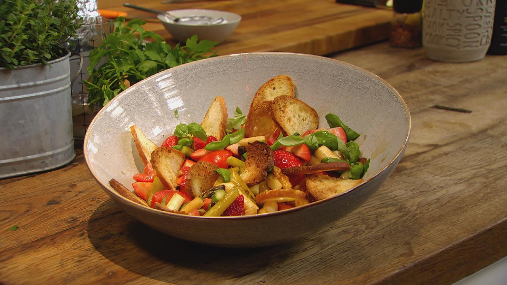 Kreative Küche – Clever kombiniert: Spargel-Brotsalat mit Erdbeeren