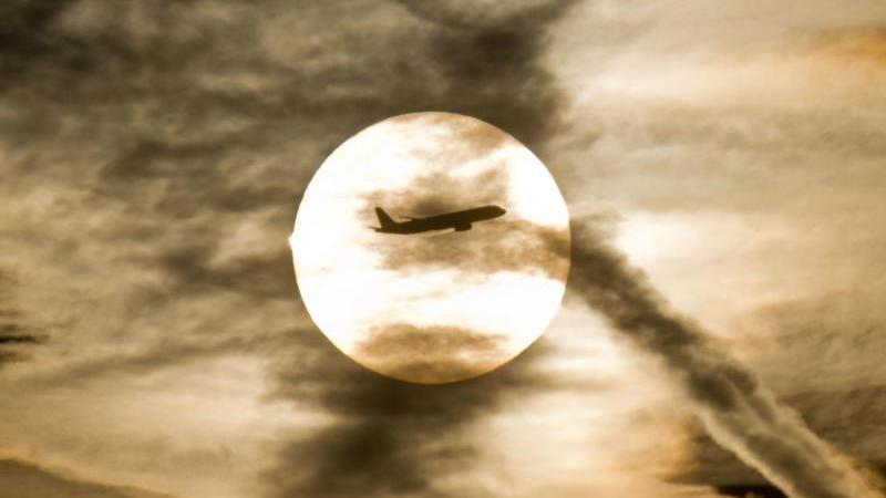 Flugzeug am Himmel - Flugreisen sind besonders klimaschädlich. Foto: Frank Rumpenhorst