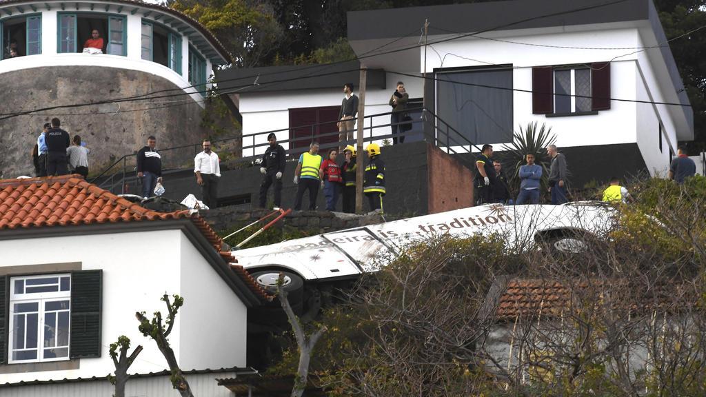 17.04.2019, Portugal, Canico: Rettungskräfte sind nach einem schweren Busunglück auf der portugiesischen Ferieninsel Madeira im Einsatz. Mindestens 29 Menschen überlebten die Tragödie nicht, wie die Nachrichtenagentur Lusa unter Berufung auf den Zivi