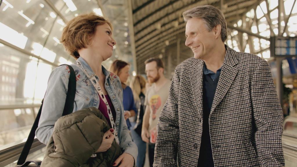 Yvonne und Jo im Liebesurlaub in Singapur. Sie ahnen nicht, was in Berlin vor sich geht.