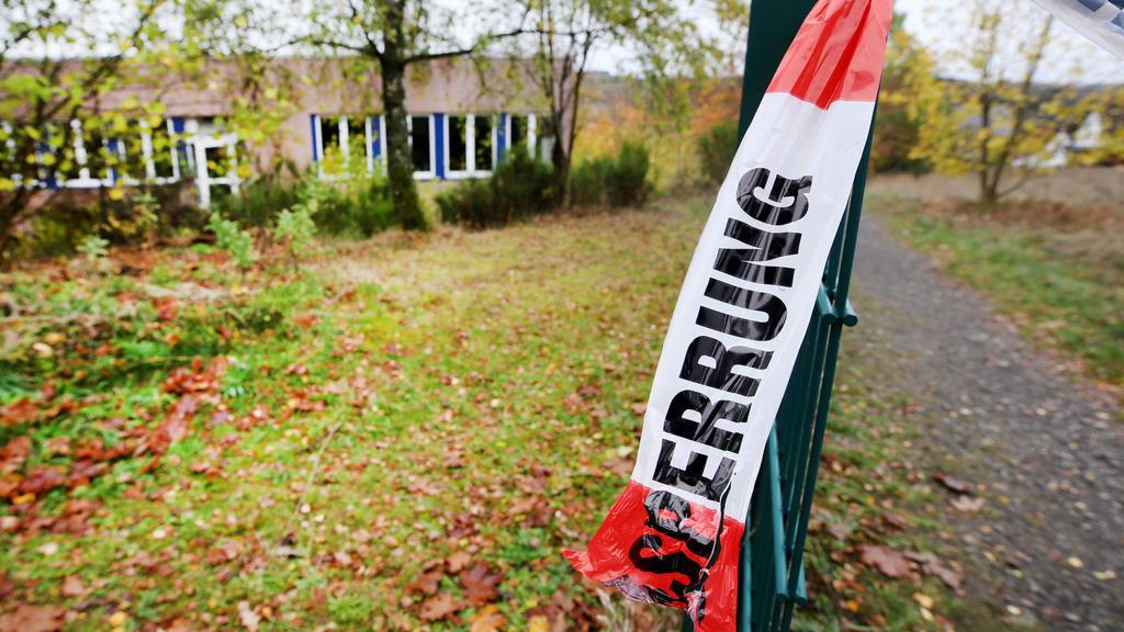 Mit Flatterband hat die Polizei in Wenden in einem Waldstück nahe des Schulzentrums ein Gebiet abgesperrt. Der Fall aus dem Sauerland hatte bundesweit großes Entsetzen ausgelöst.