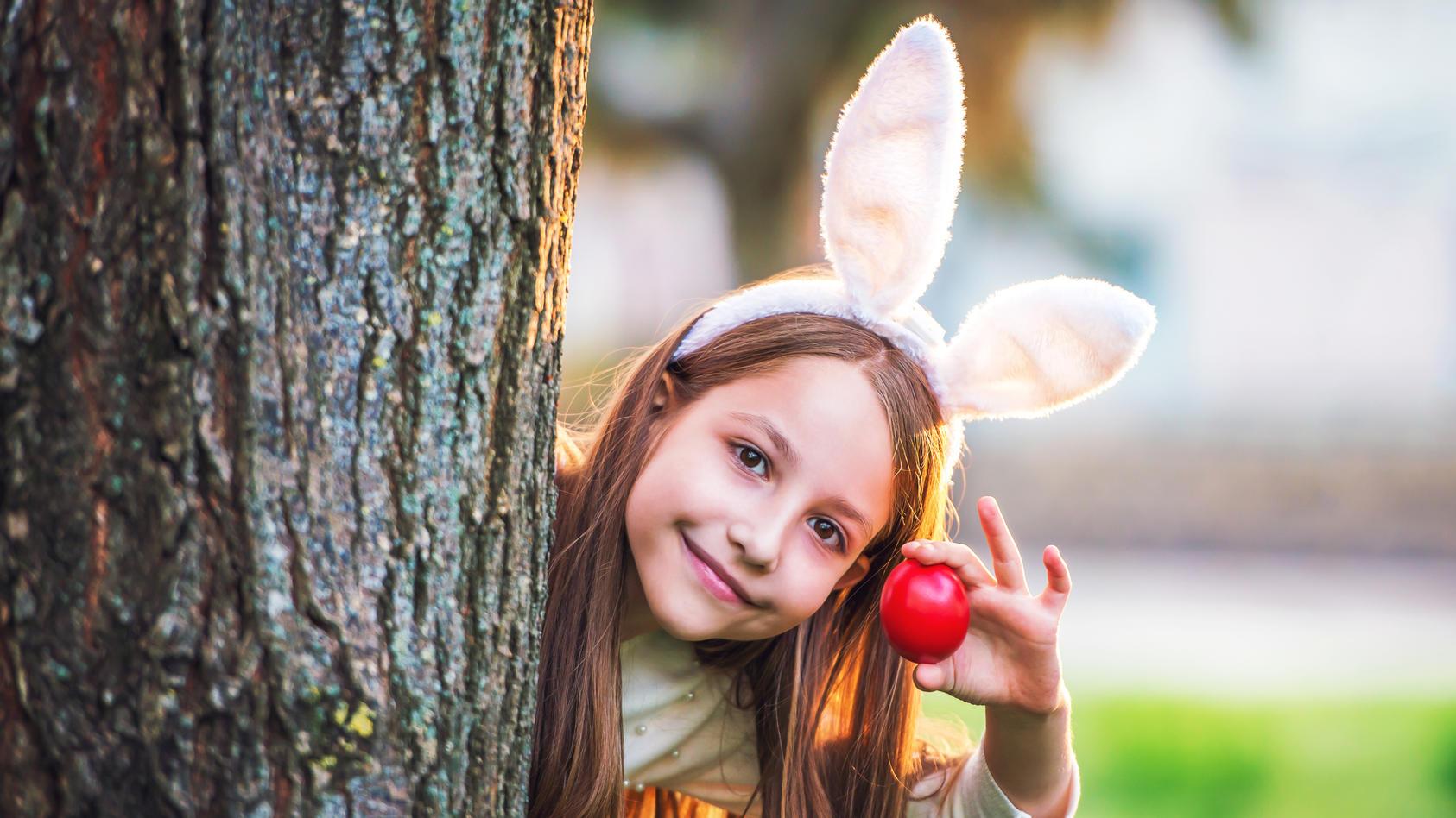 Man kann die Eier klassisch hinterm Baum verstecken, doch viel spannender für die kleinen Ostereier-Sucher sind ungewöhnliche Verstecke. Wie wäre es zum Beispiel mal im Vogelnest?