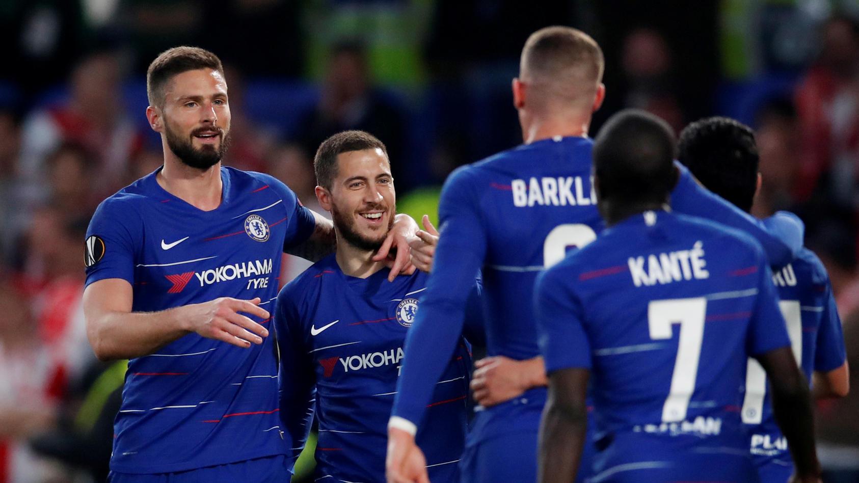 Olivier Giroud und Eden Hazard feiern einen Treffer mit ihren Teamkollegen.
