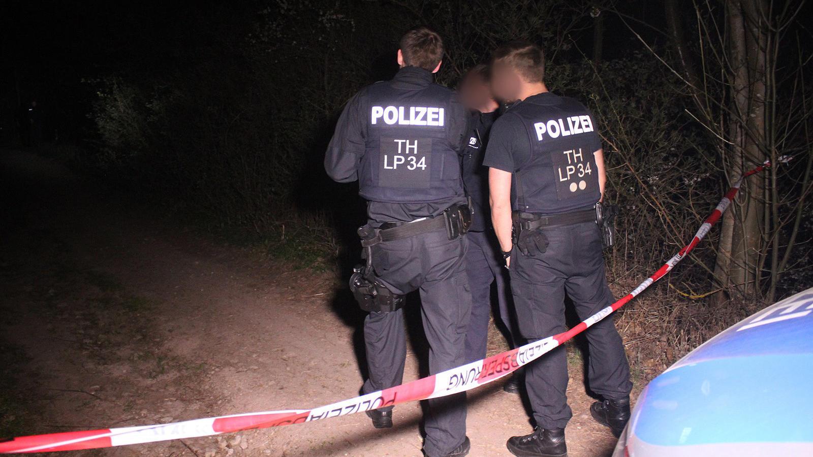 Polizisten sind nach dem Fund eines toten Säuglings in einem Wald im Einsatz