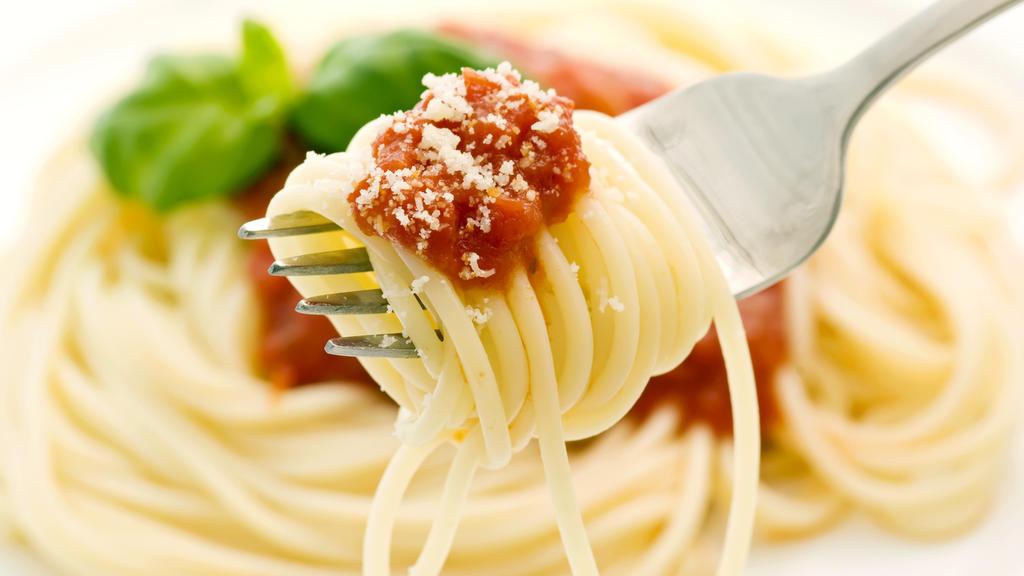 Spaghetti mit Tomatensoße und Parmesan auf Gabel